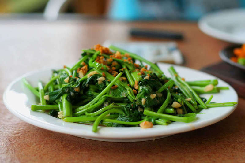 kangkong as oil Gently sweet, succulent kangkong greens are one of the traditional  finely chopped young stems and leaves can be sautéed in oil and garlic used as a filling.