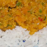 Riso basmati con curry piccante di zucca e lenticchie rosse al peperoncino bhut jolokia