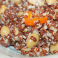 Quinoa rossa con edamame, semi di canapa decorticati e peperoncino aji orange