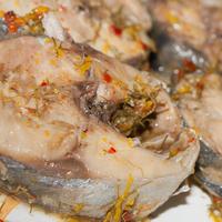 Tranci di sugarello al profumo di agrumi, finocchietto selvatico e peperoncino