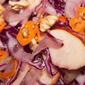 Insalata di cavolo rosso, mele e noci al peperoncino aji orange